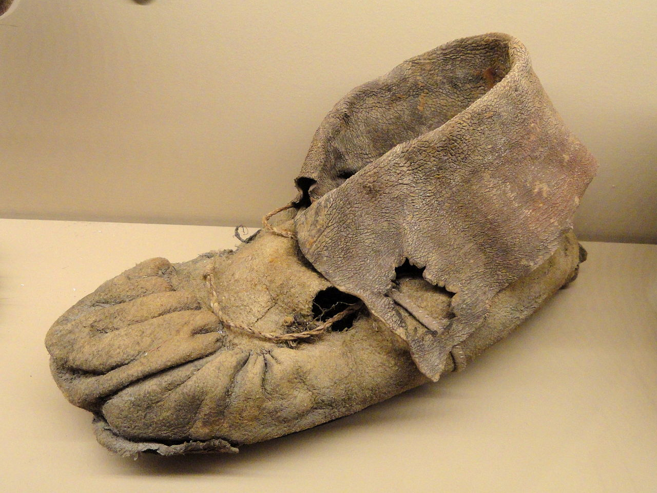 Moccasin,_1225_-_1275_AD,_Promontory_Cave_I,_Utah,_bison_hide_with_hair_turned_inside_-_Natural_History_Museum_of_Utah_-_DSC07295